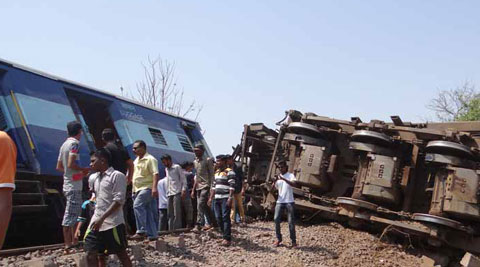 15 dead, 87 injured after train derails in Maharashtra - Executive Salad