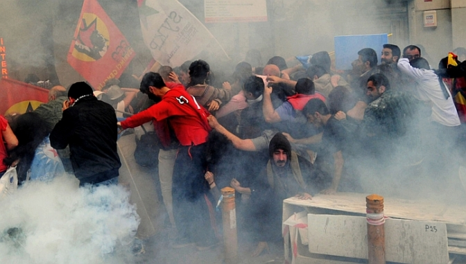 İzmir police intervene as thousands protest Turkish mine blast